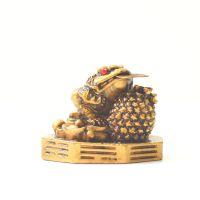 Soška Žába resin třínohá s mincí 5 cm II.