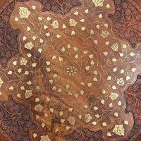 Vyřezávaný dřevěný stolek Indie 47/44 cm